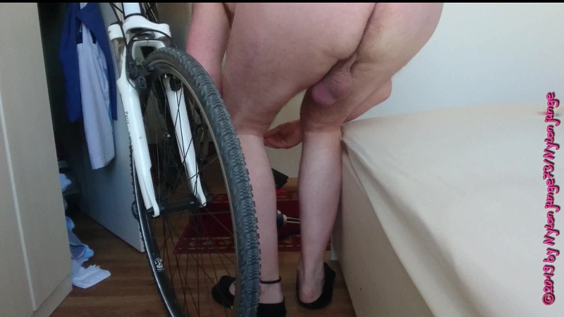 Fahrradreifen aufpumpen 1 ** Nackter Spaß ** Gay Download Bild
